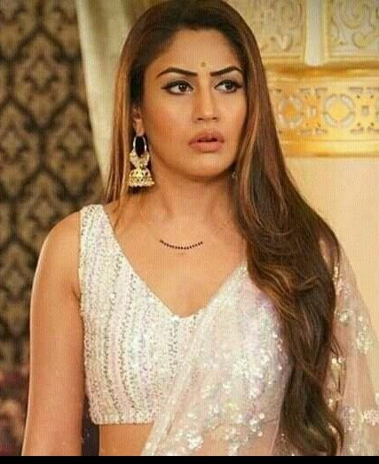 I am looking for this similar earring which surbhi chnda - SeenIt