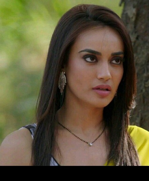 I am looking for a similar earing with surbhi jyoti - SeenIt