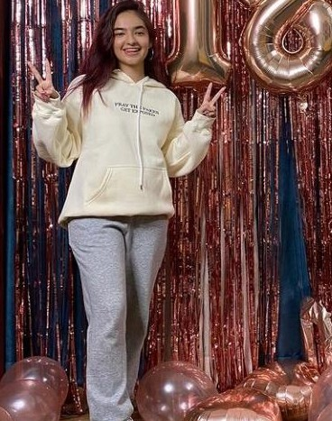 I'm looking for a similar sweatshirt and sweatpants Anushka is wearing - SeenIt