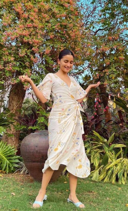 Alia Bhatt's summerish dress please - SeenIt
