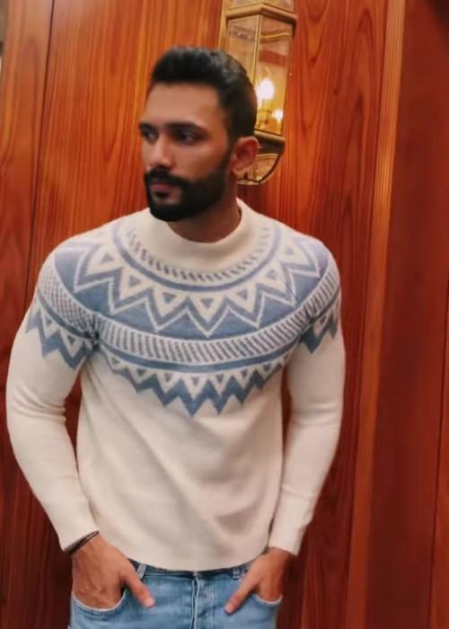 Looking for same sweatshirt - SeenIt