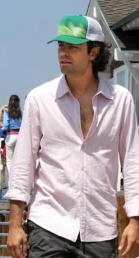Im looking for the hat Vince is wearing in Season 1 Episode 6 on the beach. - SeenIt