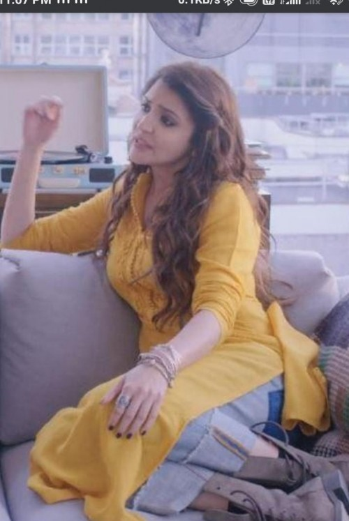 want the kurti worn by anushka sharma - SeenIt
