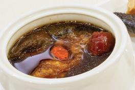 Double-boiled Chicken Soup with Fish Maw and Black Garlic 黑蒜鱼鰾炖鸡汤(位上)