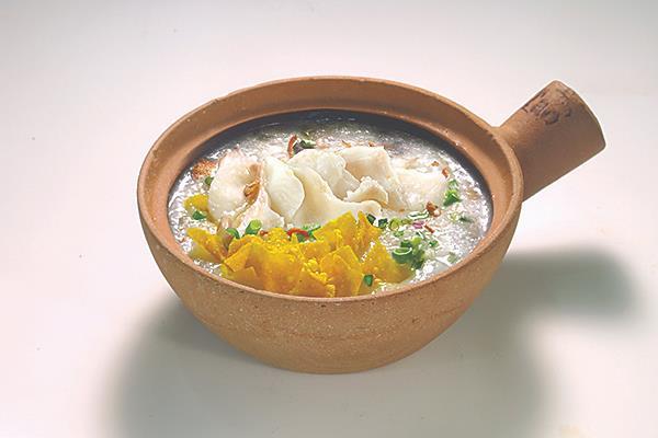 381 生滚砂煲鱼片粥 Sliced Fish Congee