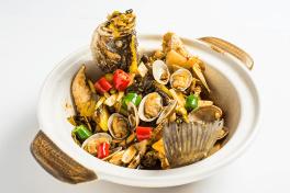 砂锅海岛明鲈鱼 Sea Bass & Clams Stewed with Pickled Vegetables