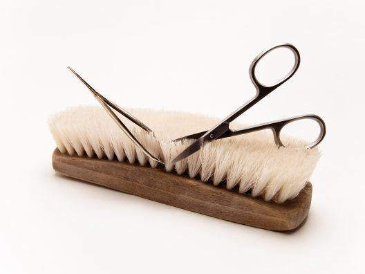 membersihkan alat kecantikan