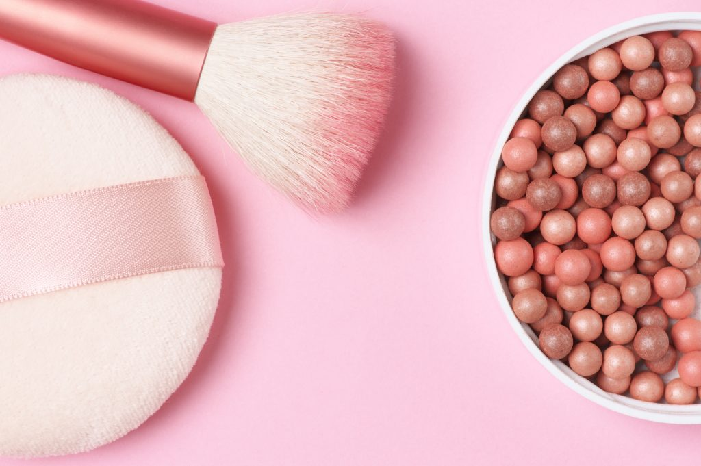 memilih warna blush on