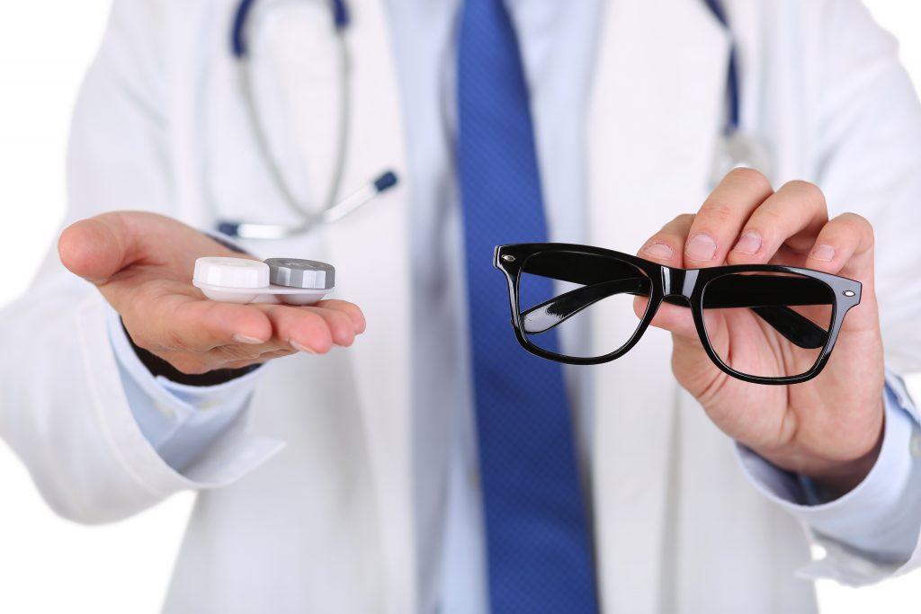 lensa kontak atau kacamata