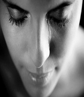 solusi menyamarkan mata sembap seusai menangis