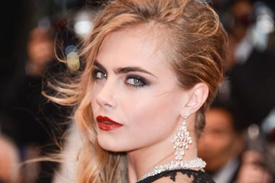 Cantik dengan lipstik merah