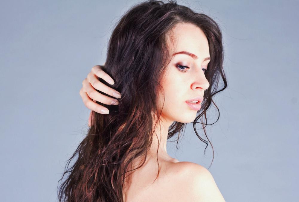 mengeringkan rambut