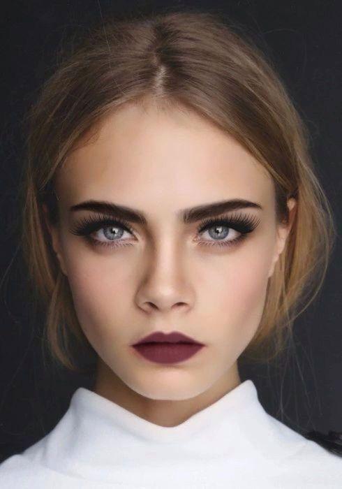 Memakai Lipstik Gelap