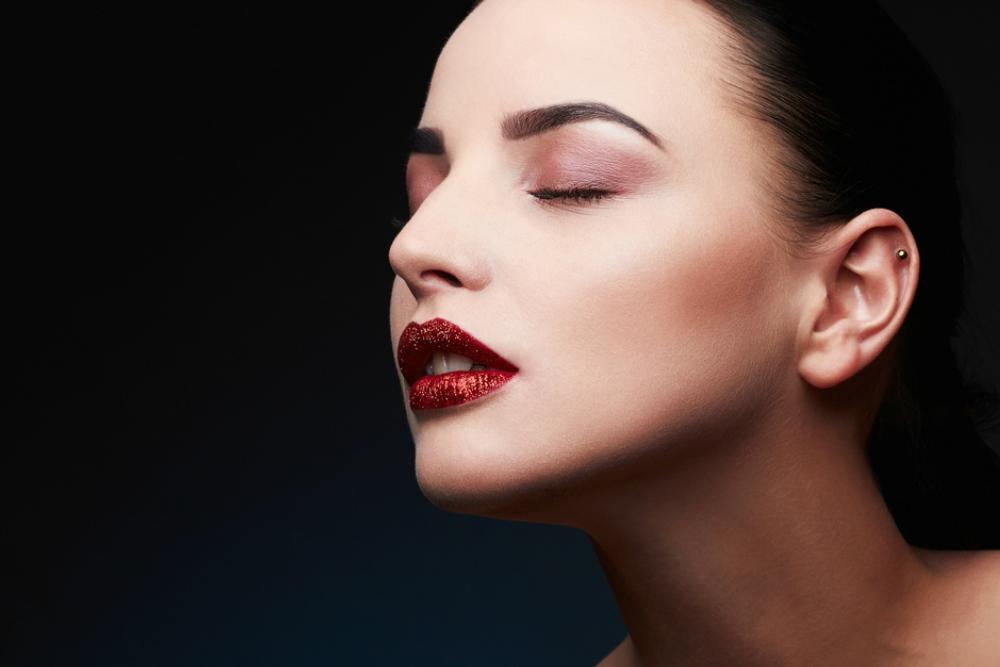 riasan untuk lipstik merah