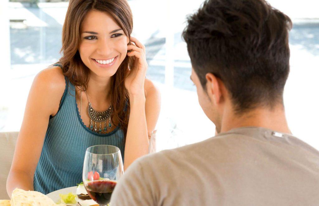 Senyum bisa membuat pria jatuh hati