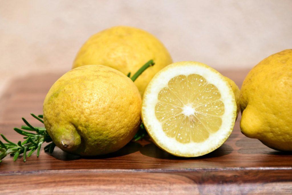 Usir Jerawat Dan Cerahkan Wajah Dengan 7 Produk Yang Mengandung Lemon Berikut!