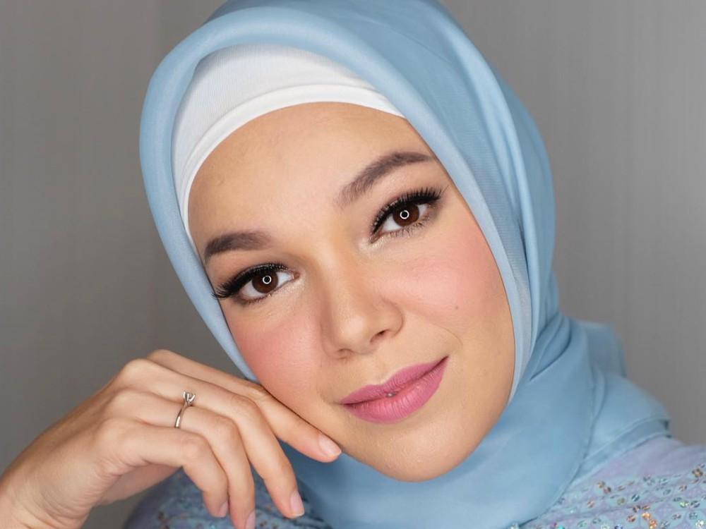 Mulai Dari Nude Hingga Bold, Ini Inspirasi Makeup Ala Dewi -2001