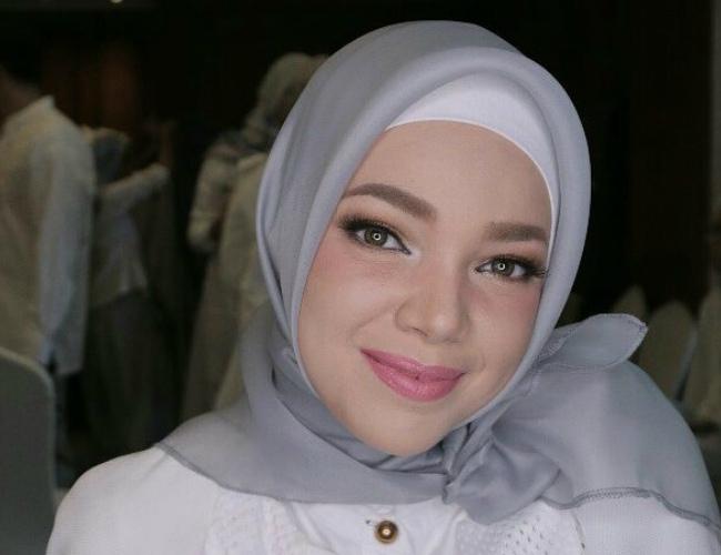 Mulai Dari Nude Hingga Bold, Ini Inspirasi Makeup Ala Dewi -7872