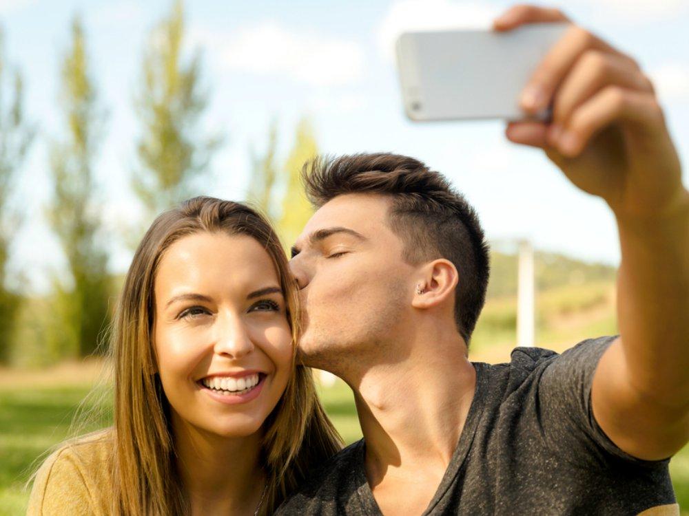 Posting Kemesraan Bersama Pasangan di Media Sosial - Cover