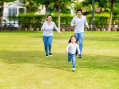 Berinteraksi dengan dunia luar -dengan alam dan dengan teman bermainnya- dapat membangun kepercayaan diri anak secara perlahan. Anak butuh keberanian dan kepercayaan diri yang kuat untuk bertemu dan berinteraksi dengan orang baru, mengenal lingkungan baru. Sehingga, bermain di luar bersama teman juga dapat melatih kepercayaan diri anak.