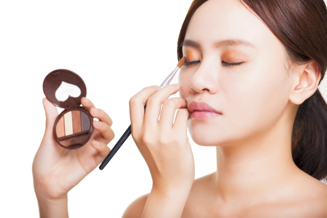 Enam trik makeup untuk mata kecil