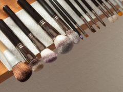 membersihkan kuas makeup
