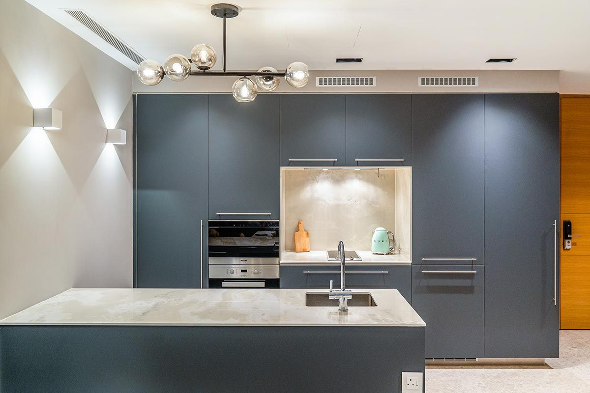 SquareRooms-Kitchen-Focal-Point-Bold-blue-Cabinets