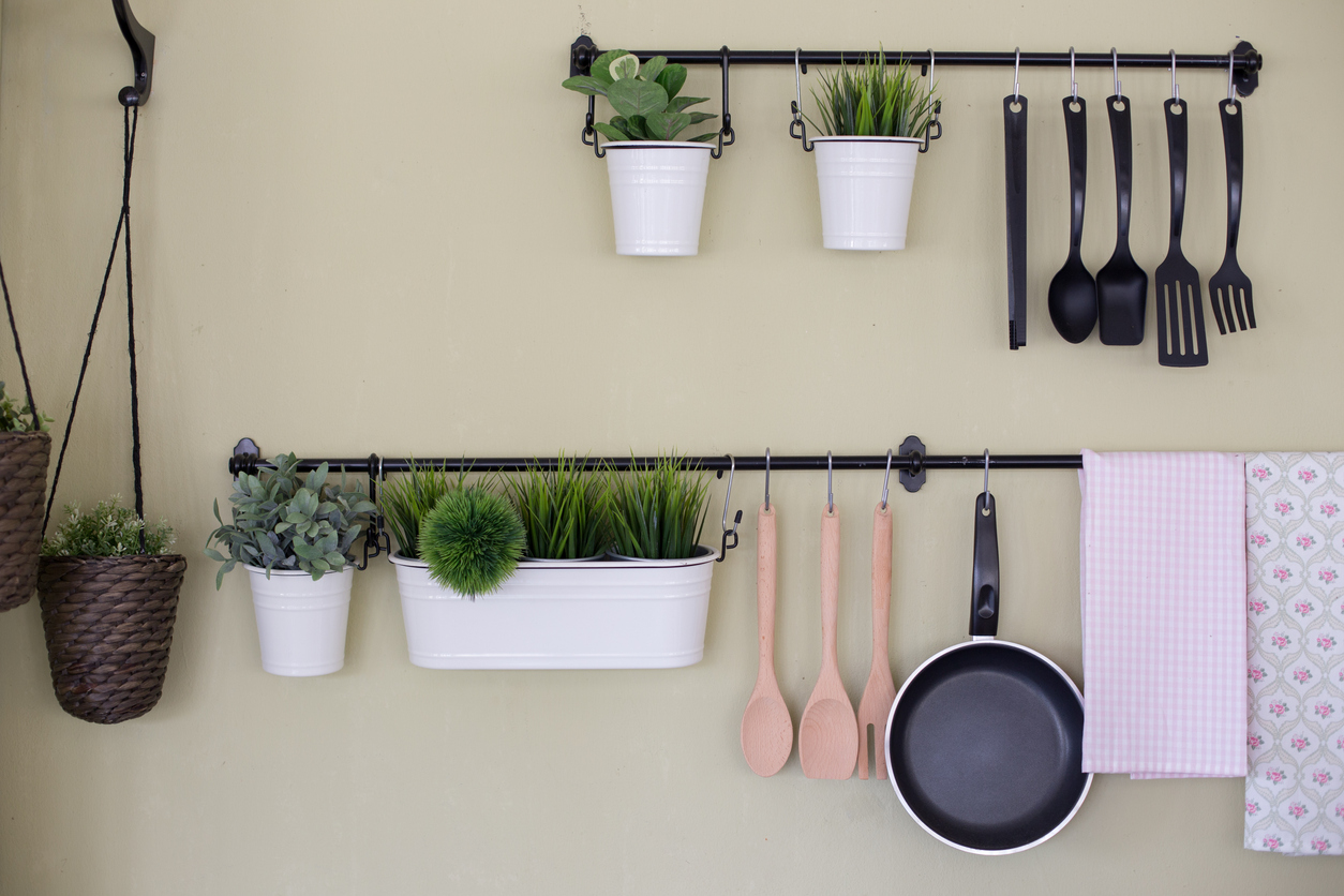 squarerooms-hook-bar-wall-storage-black-metal-iron-kitchen-hanging-utensils