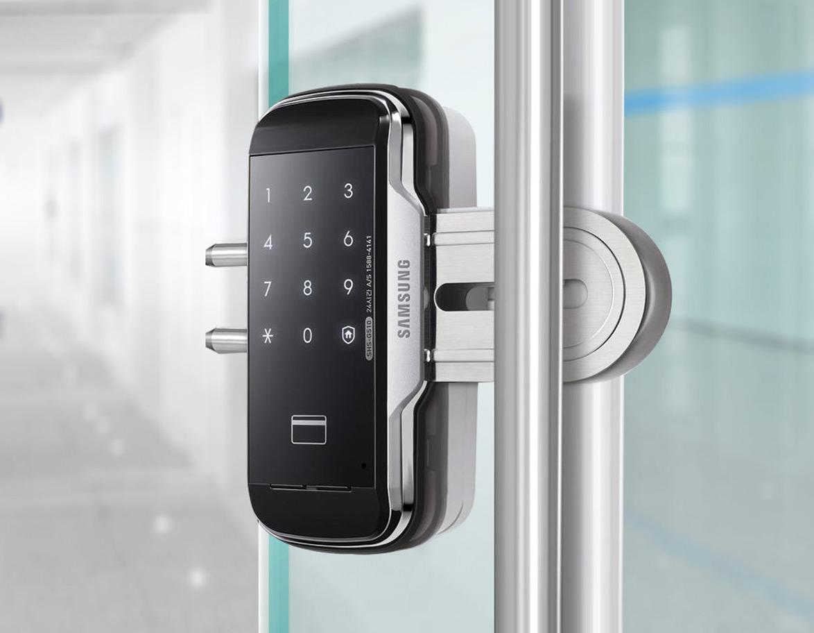 squarerooms-samsung-smart-lock-on-glass-door