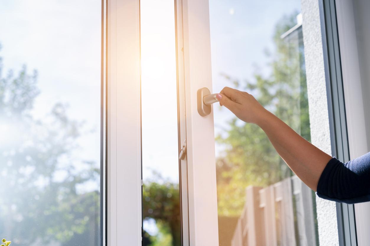 squarerooms-window-opening-hand