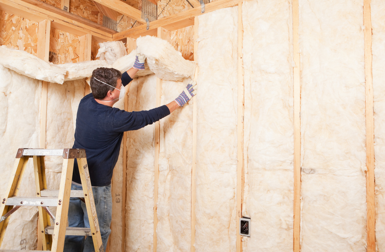 squarerooms-construction-worker-insulating-house-fibreglass