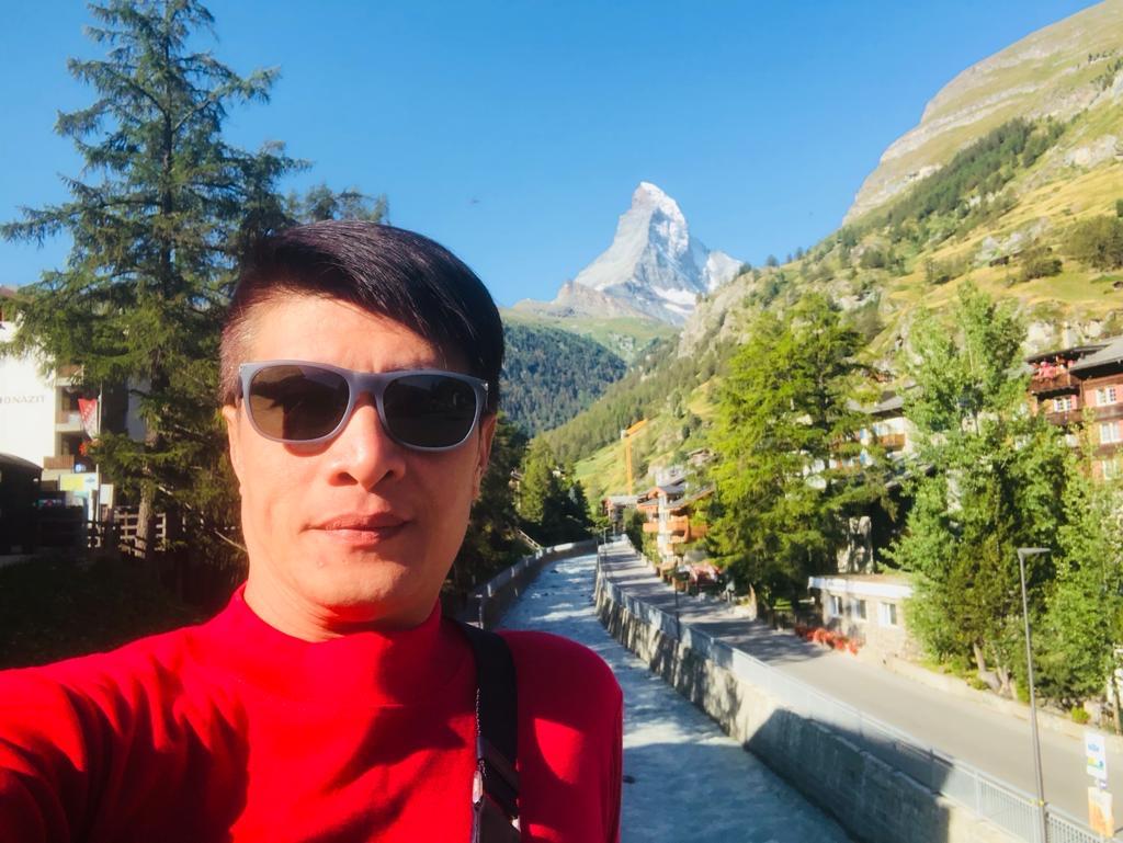 squarerooms-caesarstone-ciseern-norman-tan-man-mountains-hiking-selfie