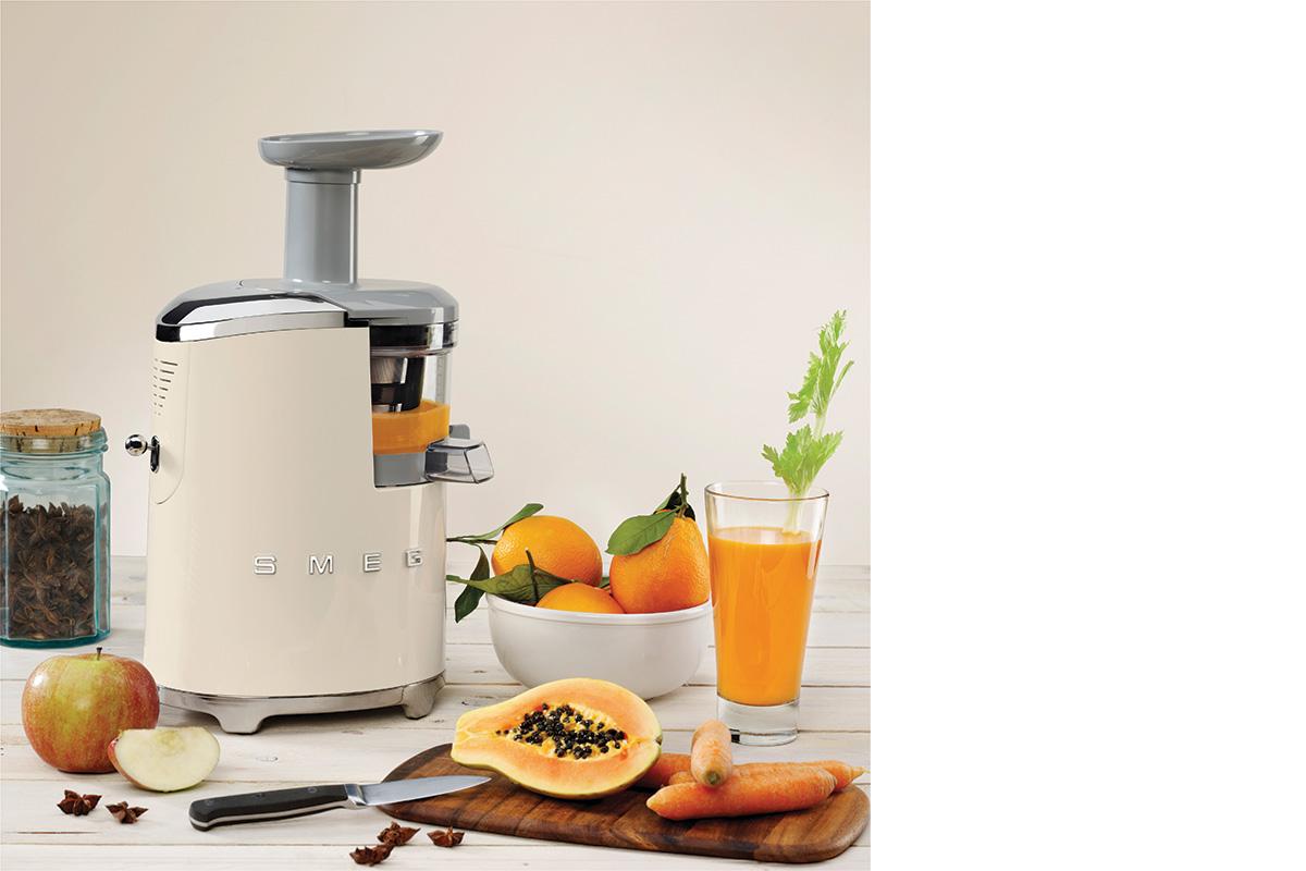 squarerooms-smeg-slow-juicer-fresh-juice-blender-fruits-retro-design-beige