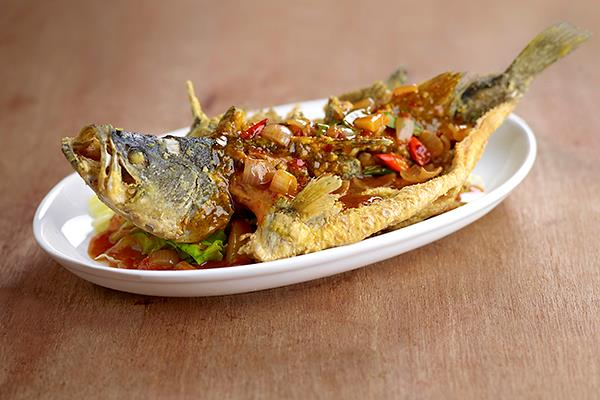 squarerooms-fish-fried-crispy-spicy-sauce-chili-plate-food-malay-photography-yassin-kampung-seafood
