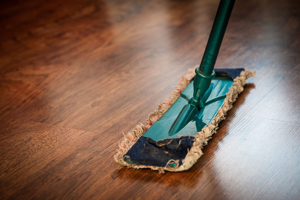squarerooms-wooden-floor-pixabay-mop-brom-clean-sweep