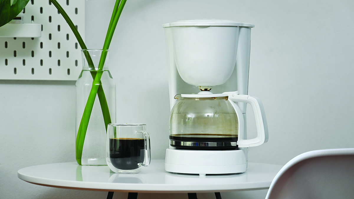 squarerooms-coffee-machine-cup-table-white-plant-office