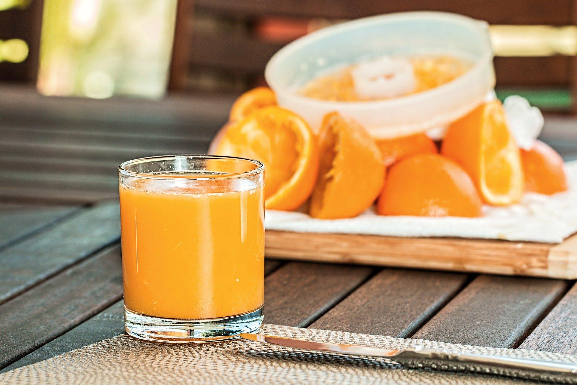 squarerooms-fresh-orange-juice-oranges-juicer-juicing-citrus-press