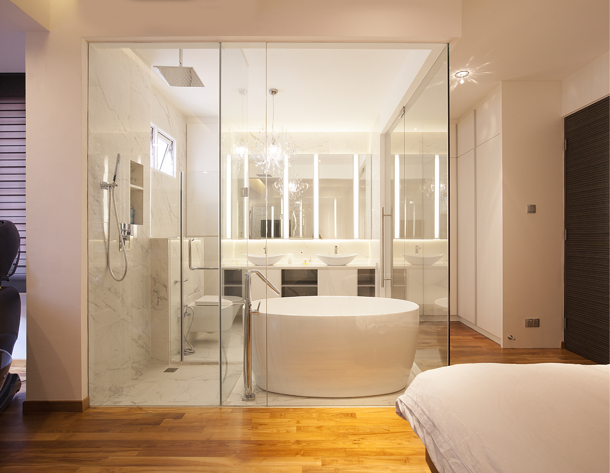 squarerooms-renozone-interior-design-singapore-open-concept-bathroom-clear-glass-wall-bathtub