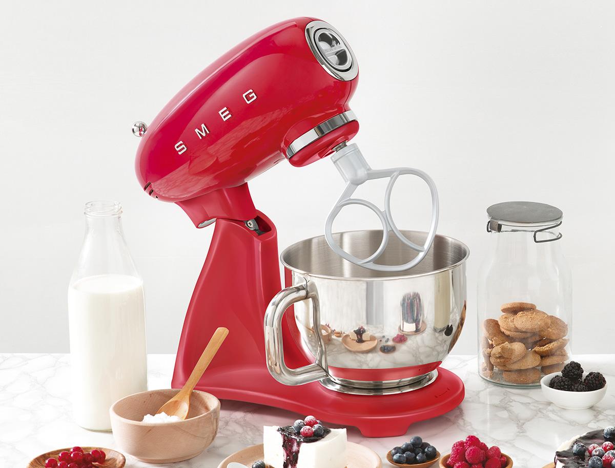 squarerooms-smeg-smf03-stand-mixer-red