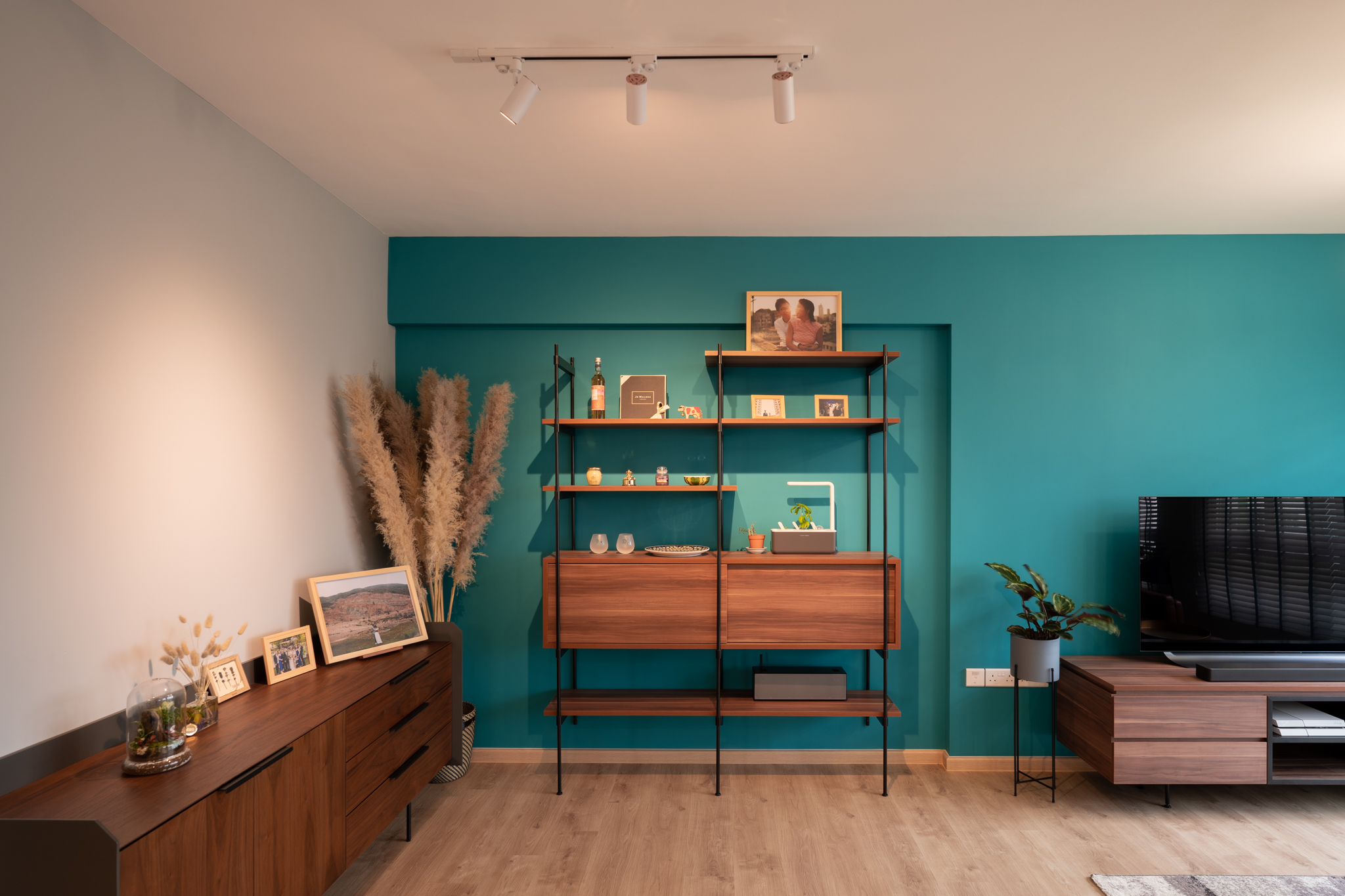 squarerooms-arche-interior-design-bright-blue-living-room-wall-wooden-furniture