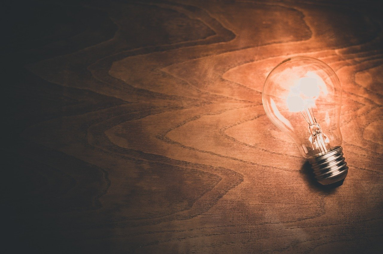 squarerooms-light-bulb-wooden-surface