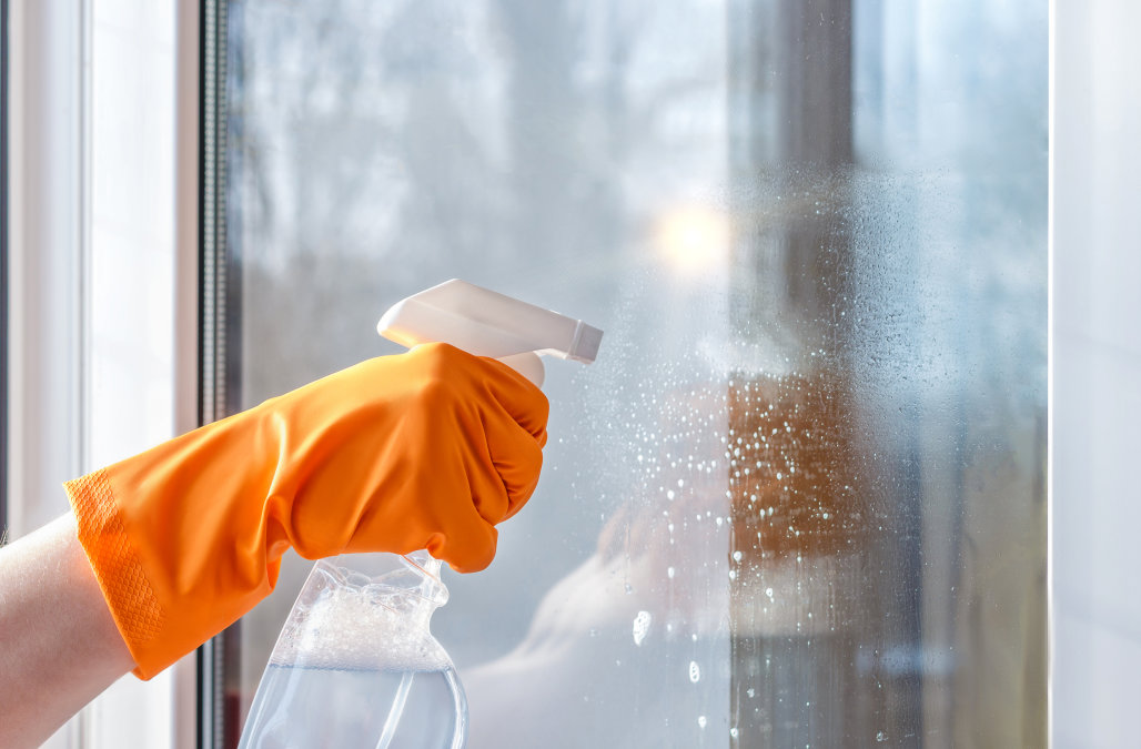 cleaning-windows-gloves-window-cleaner