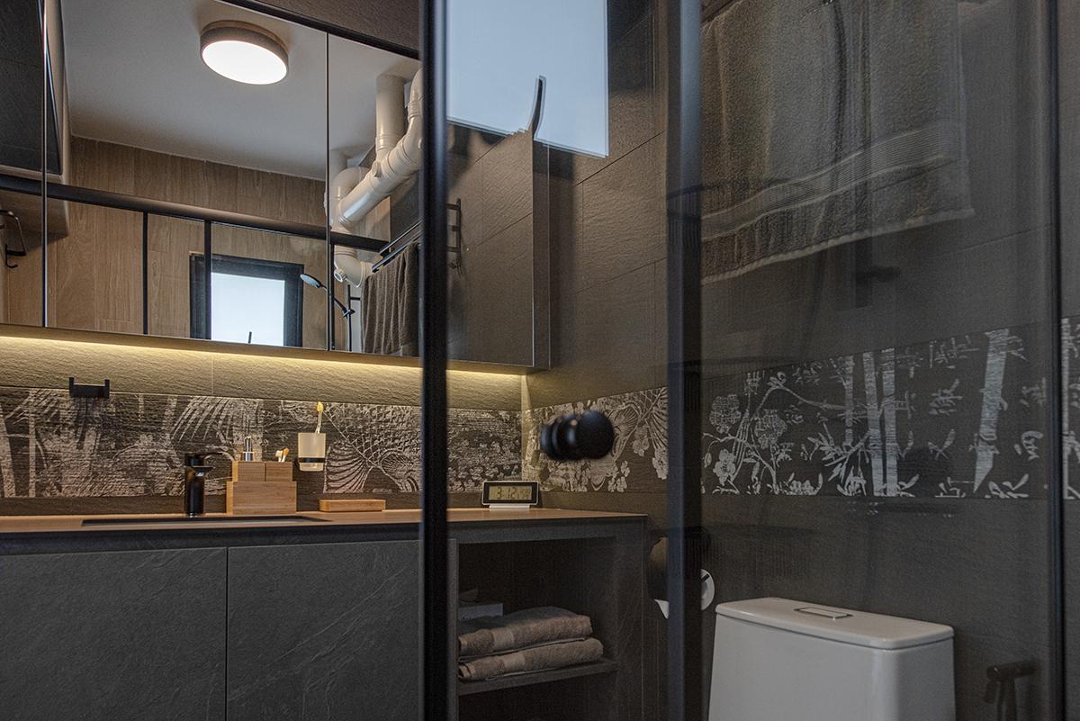 squarerooms darwin interior resale 4 room hdb flat renovation makeover interior design japanese japan inspired style japandi bathroom black grey dark patterned tiles