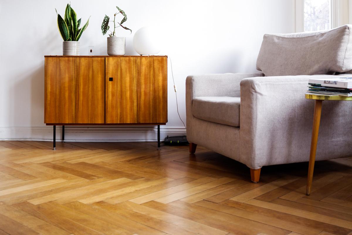 squarerooms beazy unsplash herringbone wood floor pattern living room