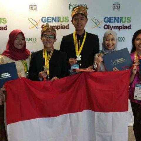 dua pelajarSMA dari Indonesia berhasil meraih medali emas dalam Genius Olympiad 2017