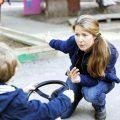 pelajari cara mengajarkan anak minta maaf dengan tepat