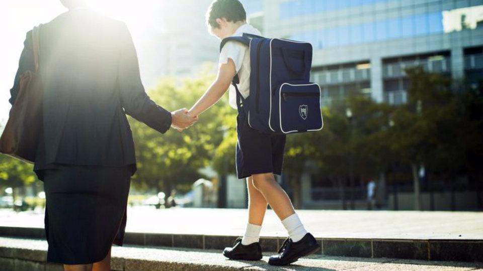 pentingnya mengantar anak di hari pertama sekolah