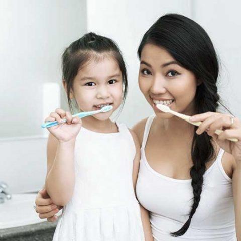 bagaimana cara membiasakan anak sikat gigi secara teratur