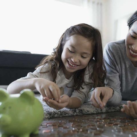 dapatkan tips mengajarkan anak mengatur uang saku