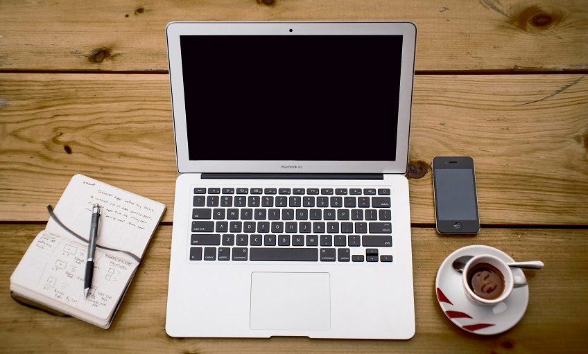 MacBook Air sur une table en bois